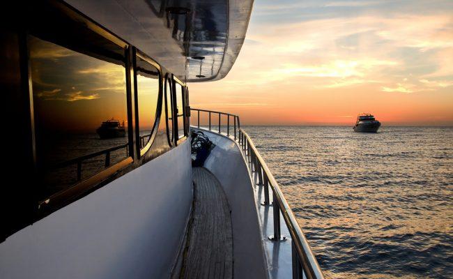 Yacht coucher soleiil tribord shutterstock_347473358